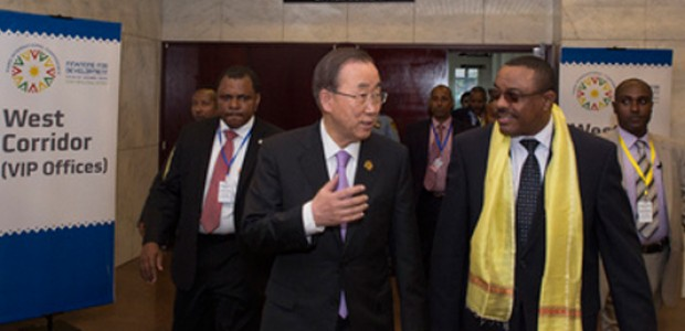 Secretary-General Ban Ki-moon (centre) arrives with Hailemariam Dessalegn (second from right), Prime Minister of Ethiopia, for an IGAD meeting on South Sudan, July 13, 2015.