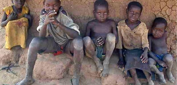 أطفال في ماقوي، قرية أميكا، جنوب السودان، في انتظار آبائهم وأمهاتهم، الذين سيرجعون بالغذاء في السادس عشر من يونيو الماضي. يقول أحد الصبية انهم لم يأكوا منذ أكثر من يوم. © النيلان | أتينق بنسون