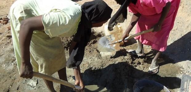 فتاتان في منطقة كبكابية بولاية شمال دارفور في شهر مارس الماضي، تشتغلان في أعمال البناء الشاقة لكسب رزقهما وإعالة أسرتيهما اللتان ليس لهما دخل آخر.