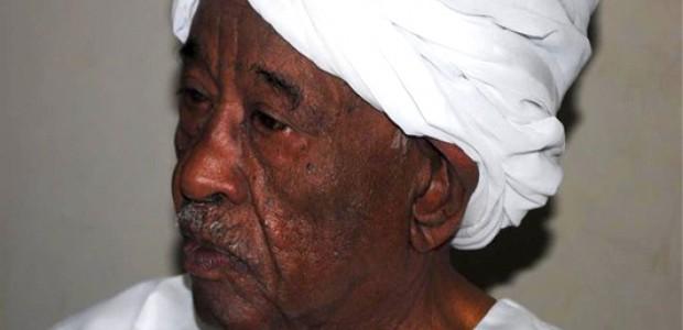 محجوب محمد صالح في مكتبه بصحيفة 'الأيام'، الخرطوم، أبريل .2012