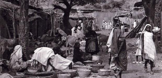 سوق في دارفور، 24 أكتوبر 2010. سكان دارفور هم من يعاني من الازمة من عنف وقلة للموارد وضعف للبنايات التحتية.