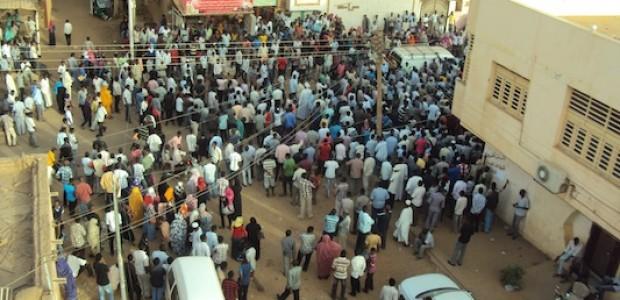 أرقام ضخمة للجماهير حضرت منذ صباح يوم 17 يناير  أمام منزل الفنان الراحل محمود عبد العزيز.