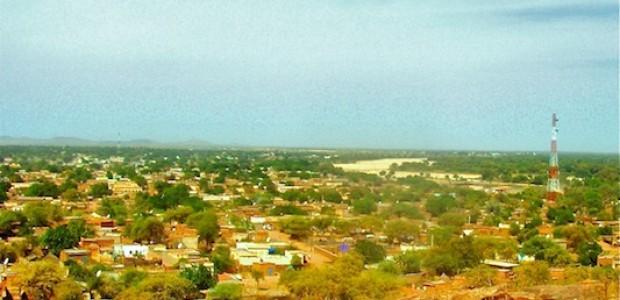 مدينة الجنينة من أعلى قمة جبل السلطان جنوب المدينة، ويظهر وادي كجا، وهو من اطول الوديان التي تمر من وسط دارفور إلى العمق التشادي، 25 يناير 2013.