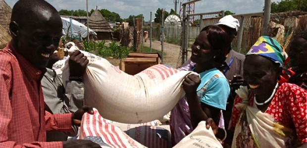 People off-load bags of sorghum provided by WFP in Bentiu, June 20.