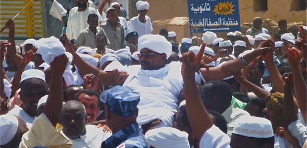 قوش وأهله يحملونه على الاكتاف، في مروى، شمال السودان، بعد إطلاق سراحه.