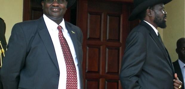 رئيس جنوب السودان سلفا كير (إلى اليمين) وريك ماشار قبيل استقبال رئيس السودان عمر البشير في جوبا، 12 أبريل
