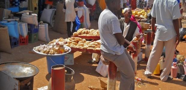 الارتفاع المتواصل للأسعار في السودان عبء لا يستطيع المواطن العادي تحمله، سوق في منطقة الحاج يوسف، الخرطوم، 11 سبتمبر 2012.