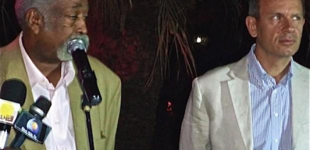 سفير الاتحاد الاوربي يولشيني وعلي مهدي، رئيس مجلس المهن الموسيقية والمسرحية في السودان، 20 نوفمبر.
