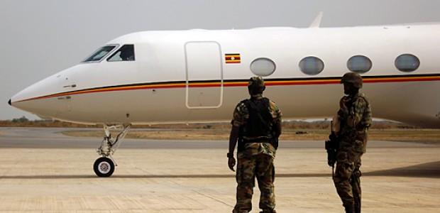 قوات عسكرية أوغندية في مطار جوبا الدولي لدى وصول الرئيس موسيفيني، 30 ديسمبر 2013.
