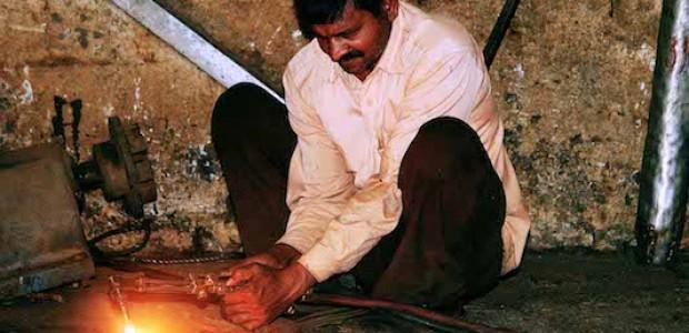 عامل هندي في مصنع الجنيد للسكر، يونيو 2010.