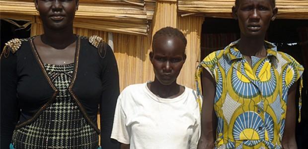 سارة مانيانق (يسار) وإليزابيث يال وريبيكا أجاك في مخيم نيومانزي لللاجئين، 29 إبريل.