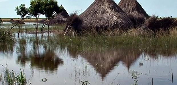 منزل ريفي في جنوب السودان مغمور بالفيضان، في أغسطس 2013.