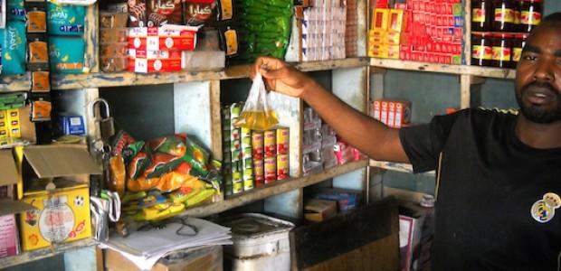 تاجر في الخرطوم يوضح أقل كمية من الزيت يمكن بيعها للمواطن ثمنها ثلاثة جنيهات، 13 أغسطس.