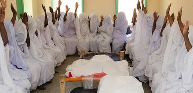 ممرضات متعلمات أثناء تدريب في همشكوريب، ولاية كسلا، يرفعن أياديهن لإظهار كم منهن يعرفن امرأة توفت أثناء الولادة.