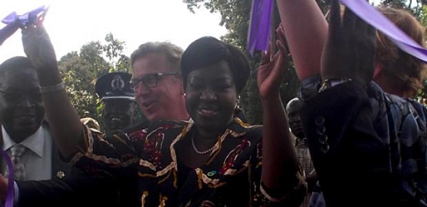 وزيرة الكهرباء والسدود والري والموارد المائية الوطنية جيما نونو كومبا (في الوسط) وديفيد شواكي سفير جمهورية المانيا الاتحادية في جنوب السودان (إلى اليسار) خلال احتفال وضع حجر الأساس في ياي، 30 أكتوبر.