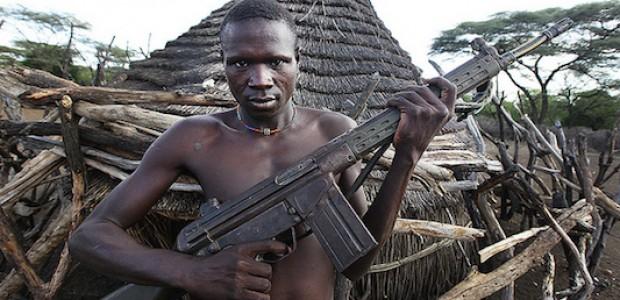 رجل في جنوب السودان، يحمل سلاحه، تاسع مايو 2011.