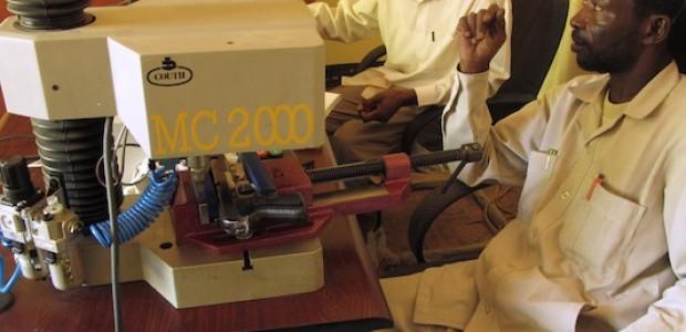 وسم الأسلحة في الجنينة، دارفور في يونيو 2013، كجزء من مشروع تسجيل الأسلحة الذي تقوم به الحكومة السودانية بالتعاون مع BICC.