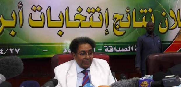 رئيس مفوضية الانتخابات في السودان، مختار الأصم، يعلن من قاعة الصداقة في الخرطوم نتائج الانتخابات العامة السودانية 27 أبريل، 2015.