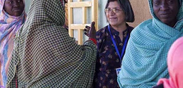 المقررة الخاصة المعنية بالعنف ضد المرأة، رشيدة مانجو، تتحدث مع نساء نازخات في معسكر في أبو شوك للنازحين، بالقرب من الفاشر، شمال دارفور، 18 مايو 2015
