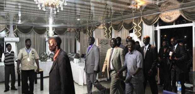 يناير 2011 : ريك مشار (في الوسط)، نائب رئيس حكومة جنوب السودان، خلال حفل التوقيع على اتفاق وقف اطلاق النار مع قوات المتمردين من جورج العامة.