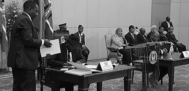 South Sudan's President Salva Kiir Mayardit signs the Treat of Accession of the Republic of South Sudan into the East African Community in Tansania's capital Dar es Salaam, April 15, 2016. (photo: eac.int)