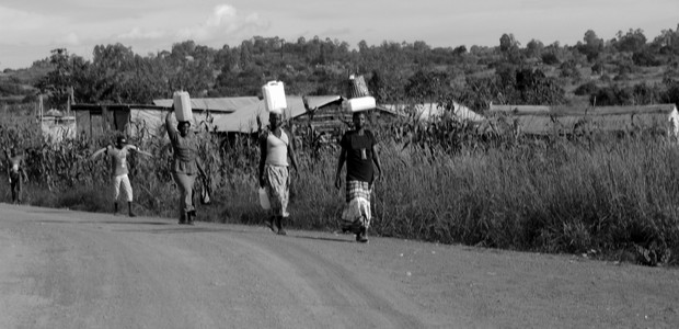 South Sudanese women carry water near the Bweyale refugee settlement in Uganda, March 4, 2016. (photo: The Niles | Bonifacio Taban)
