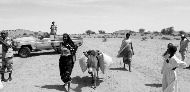 A woman commuting between Sudan and Chad. (photo: The Niles | Mohamed Hilali)