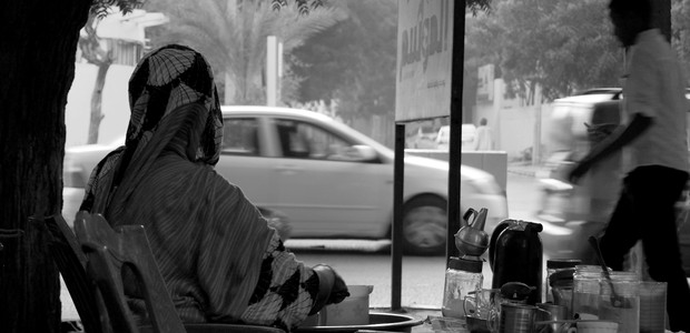 Hawa waiting for customers at her tea stand in Khartoum, September 21, 2015. (photo: The Niles | Ahmed Saeed)