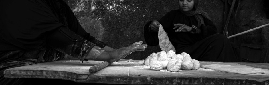 Women baking bread in Cairo, Egypt. (الصورة: The Niles | Asmaa Gamal)
